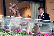 Koning Willem-Alexander en koningin Máxima hebben dinsdag in de koets met koningin Elizabeth en haar zoon prins Andrew deelgenomen aan de 'koninklijke optocht' op de racebaan van Ascot.<br /> <br /> King Willem-Alexander and Queen Máxima took part in the carriage with Queen Elizabeth and her son Prince Andrew on Tuesday in the 'royal parade' on the Ascot race track.<br /> <br /> Op de foto / On the photo: Koning Willem Alexander en Koningin Maxima  / King Willem Alexander and Queen Maxima