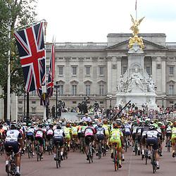 LONDON (GB) wielrennen<br /> De vrouwenwedstrijd vertrekt richting Buckingham Palace