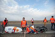 De VeloX V wordt klaar gezet. Op maandagochtend vinden de kwalificaties plaats. Het team slaagt er door valpartijen niet in om de rijders en de VeloX V te kwalificeren. Het Human Power Team Delft en Amsterdam (HPT), dat bestaat uit studenten van de TU Delft en de VU Amsterdam, is in Amerika om te proberen het record snelfietsen te verbreken. Momenteel zijn zij recordhouder, in 2013 reed Sebastiaan Bowier 133,78 km/h in de VeloX3. In Battle Mountain (Nevada) wordt ieder jaar de World Human Powered Speed Challenge gehouden. Tijdens deze wedstrijd wordt geprobeerd zo hard mogelijk te fietsen op pure menskracht. Ze halen snelheden tot 133 km/h. De deelnemers bestaan zowel uit teams van universiteiten als uit hobbyisten. Met de gestroomlijnde fietsen willen ze laten zien wat mogelijk is met menskracht. De speciale ligfietsen kunnen gezien worden als de Formule 1 van het fietsen. De kennis die wordt opgedaan wordt ook gebruikt om duurzaam vervoer verder te ontwikkelen.<br /> <br /> The qualifying on Monday. The team didn't qualify due to crashes. The Human Power Team Delft and Amsterdam, a team by students of the TU Delft and the VU Amsterdam, is in America to set a new  world record speed cycling. I 2013 the team broke the record, Sebastiaan Bowier rode 133,78 km/h (83,13 mph) with the VeloX3. In Battle Mountain (Nevada) each year the World Human Powered Speed Challenge is held. During this race they try to ride on pure manpower as hard as possible. Speeds up to 133 km/h are reached. The participants consist of both teams from universities and from hobbyists. With the sleek bikes they want to show what is possible with human power. The special recumbent bicycles can be seen as the Formula 1 of the bicycle. The knowledge gained is also used to develop sustainable transport.