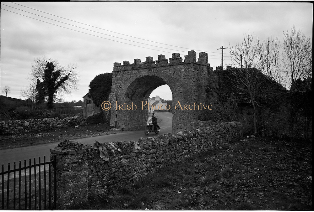 06-10/04/1964.04/06-10/1964.06-10 April 1964.Views on the River Shannon. Spanning the roadway on the Leitrim side of the Shannon below Carrick on Shannon is a famous old landmark, Jamestown Arch. Its huge stone walls have defied both the weatherand the local authorities, and in spite of its obstruction to traffic, few would want to see it removed.