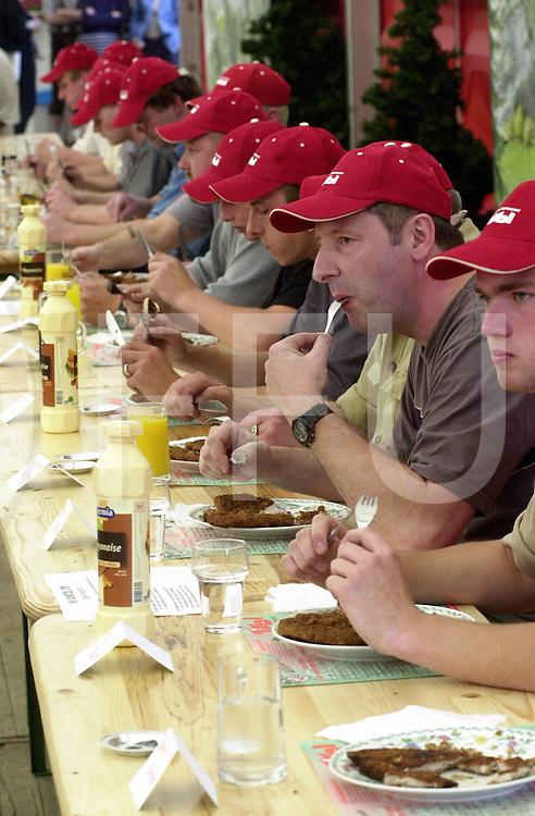 fotografie frank uijlenbroek©2001 frank brinkman.010617 heino ned.schnitzel restaurand tirol met het wk schnitzel eten met 13 deelnemers.fu010617_07.sa1