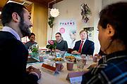 Koning Willem-Alexander brengt een werkbezoek aan Pharos, expertisecentrum gezondheidsverschillen in Utrecht. De koning krijgt uitleg over het project Aan De Slag, dat asielzoekers de mogelijkheid geeft vrijwilligerswerk te doen buiten het asielzoekerscentrum.<br /> <br /> King Willem-Alexander brings a working visit to Pharos, expertise in health jobs. The King will explain the project to the battle, that applicants have the opportunity to do volunteer work gives outside the asylum center.