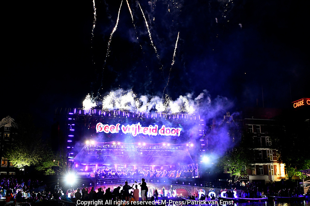 Bevrijdingsconcert - 5 mei-concert op de Amstel, Amsterdam. // Liberation Concert - 5 May concert on the Amstel<br /> <br /> Op de foto:   vuurwerk na afloop