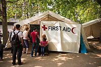 DEU, Deutschland, Germany, Berlin, 19.08.2015: Erste-Hilfe-Zelt für Flüchtlinge auf dem Gelände des Landesamts für Gesundheit und Soziales (LaGeSo), hier befindet sich die Zentrale Aufnahmeeinrichtung des Landes Berlin für Asylbewerber.