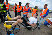 Robert Braam rijdt op donderdagochtend in de VeloX V. Het Human Power Team Delft en Amsterdam (HPT), dat bestaat uit studenten van de TU Delft en de VU Amsterdam, is in Amerika om te proberen het record snelfietsen te verbreken. Momenteel zijn zij recordhouder, in 2013 reed Sebastiaan Bowier 133,78 km/h in de VeloX3. In Battle Mountain (Nevada) wordt ieder jaar de World Human Powered Speed Challenge gehouden. Tijdens deze wedstrijd wordt geprobeerd zo hard mogelijk te fietsen op pure menskracht. Ze halen snelheden tot 133 km/h. De deelnemers bestaan zowel uit teams van universiteiten als uit hobbyisten. Met de gestroomlijnde fietsen willen ze laten zien wat mogelijk is met menskracht. De speciale ligfietsen kunnen gezien worden als de Formule 1 van het fietsen. De kennis die wordt opgedaan wordt ook gebruikt om duurzaam vervoer verder te ontwikkelen.<br /> <br /> The Human Power Team Delft and Amsterdam, a team by students of the TU Delft and the VU Amsterdam, is in America to set a new  world record speed cycling. I 2013 the team broke the record, Sebastiaan Bowier rode 133,78 km/h (83,13 mph) with the VeloX3. In Battle Mountain (Nevada) each year the World Human Powered Speed ??Challenge is held. During this race they try to ride on pure manpower as hard as possible. Speeds up to 133 km/h are reached. The participants consist of both teams from universities and from hobbyists. With the sleek bikes they want to show what is possible with human power. The special recumbent bicycles can be seen as the Formula 1 of the bicycle. The knowledge gained is also used to develop sustainable transport.