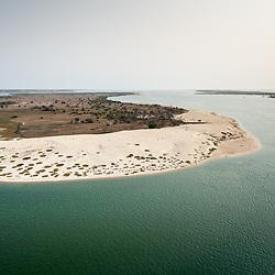 Vista aérea da cidade Luanda, capital de Angola. Ilha dos Padres na baía do Mussulo