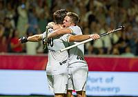 ANTWERPEN -  Cédric Charlier (Belgie)  heeft de stand op 4-2 gebracht en viert het met de maker van 3-2, Victor Wegnez (Belgie), tijdens halve finale mannen, Belgie-Duitsland (4-2)  ,  bij het Europees kampioenschap hockey.  COPYRIGHT KOEN SUYK