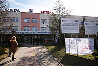 Lomza, 19.03.2020. Protest mieszkancow i pracownikow szpitala przeciwko przeksztalceniu Szpitala Wojewodzkiego w Lomzy w jednoprofilowy szpital zakazny. Zdaniem protestujacych szpital nie jest na przygotowany oraz pozbawi to mieszkancow Lomzy i powiatu lomzynskiego opieki medycznej w naglych przypadkach ( jest to jedyny szpital w tym 60 tys. miescie ) N/z protestujacy wywiesli przed szpitalem transparenty fot Michal Kosc / AGENCJA WSCHOD
