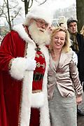 Koningin Maxima is aanwezig bij de BZT Kerstshow in Carre Amsterdam. De BZT Band XXL is compleet! Tien muzikale groepen, met elk een eigen 'sound', treden aanstaande op in een vol Carré op het Kerst Muziekgala 2016 als onderdeel van Meer muziek in de klas.<br /> <br /> Queen Maxima attends the BZT Christmas Show in Amsterdam Carre. The BZT Band XXL is complete! Ten musical groups, each with its own 'sound', stairs leading into a full Carré in Christmas music gala 2016 as part of more music in class.<br /> <br /> Op de foto / On the photo: <br /> <br />  Minister Jet Bussemaker met de kerstman