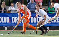 DEN BOSCH -  Goof van der Kamp passeert Florent Fenaert (r) van Frankrijktijdens de wedstrijd tussen de mannen van Jong Oranje  en Jong Frankrijk, tijdens het Europees Kampioenschap Hockey -21. ANP KOEN SUYK