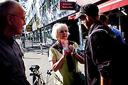 Giornata di campagna elettorale per la candidata Mechthild Rawert della SPD nel distretto popolare di Tempelhof-Schöneberg, nel centro di Berlino. Mechthild porta i suoi volantini nei negozi di Potsdamer Straße, incontra i servizi sociali e assistenziali di zona ed infine, assieme ad un team di sostenitori, conduce un porta a porta presso alcuni degli edifici in loco.