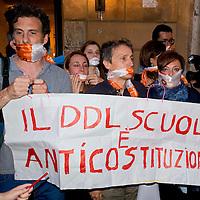 Gli insegnanti protestano davanti alla sede del Partito Democratico
