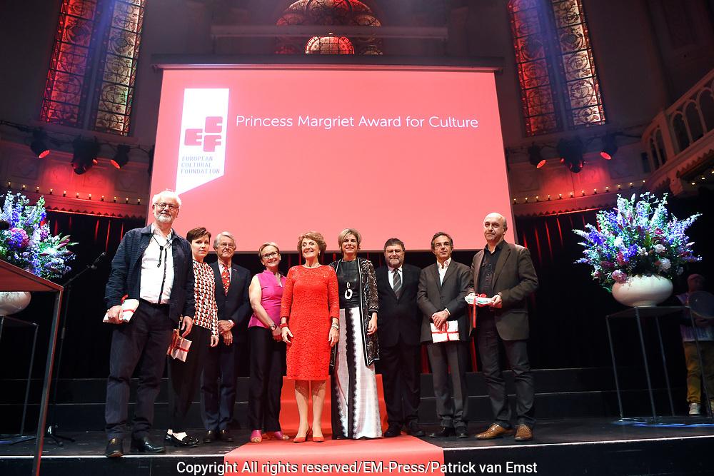 Prinses Margriet en Prinses Laurentien bij uitreiking ECF Princess Margriet Award for Culture 2017 in Paradiso, Amsterdam. ECF zet zich in voor cultuur in Europa. <br /> <br /> Princess Margriet and Princess Laurentien at the ECF Princess Margriet Award for Culture 2017 in Paradiso, Amsterdam. ECF is committed to culture in Europe.<br /> <br /> Op de foto / On the photo: <br /> <br />  Prinses Margriet en Prinses Laurentien met vier laureaten met de ECF Princess Margriet Award for Culture 2017:  musicus Luc Mishalle (Brussel), beeldend kunstenaar Marina Naprushkina (Berlijn), schrijfster en journaliste Aslı Erdoğan (Istanbul) en schrijver en wetenschapper Navid Kermani (Keulen).<br /> <br /> Princess Margriet and Princess Laurentien with four laureates with the ECF Princess Margriet Award for Culture 2017: musician Luc Mishalle (Brussels), visual artist Marina Naprushkina (Berlin), writer and journalist Aslı Erdoğan (Istanbul) and writer and scientist Navid Kermani (Cologne) .