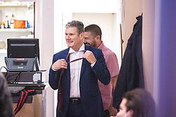 © Licensed to London News Pictures. 26/09/2021. EMBARGOED UNTIL 27 SEPTEMBER 2021 .Brighton, UK.  Labour Party Leader SIR KEIR STARMER takes his tie off during a visit to a cafe on George Street in Hove . The second day of the 2021 Labour Party Conference , which is taking place at the Brighton Centre . Photo credit: Joel Goodman/LNP
