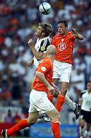Fotball<br /> Euro 2004<br /> Portugal<br /> 15. juni 2004<br /> Foto: Pro Shots/Digitalsport<br /> NORWAY ONLY<br /> Tyskland v Nederland 1-1<br /> Johnny heitinga i duell med Torsten Frings