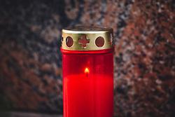 THEMENBILD - Allerheiligen und Allerseelen - Grabkerze auf einem Grab. Am 1. November, gedenken Katholiken- aller Menschen, die in der Kirche als Heilige verehrt werden. Das Fest Allerseelen am darauf folgenden 2. November, ist dem Gedaechtnis aller Verstorbenen gewidmet, aufgenommen am 18. Oktober 2018, Ort, Österreich // All Saints 'Day and All Souls' Day - a grave candle on a grave. On November 1, Catholics commemorate all people worshiped as saints in the Church. The feast of All Souls on the following 2nd of November, is dedicated to the memory of all the deceased on 2018/10/18, Ort, Austria. EXPA Pictures © 2018, PhotoCredit: EXPA/ Stefanie Oberhauser