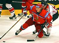 ◊Copyright:<br />GEPA pictures<br />◊Photographer:<br />Mario Kneisl<br />◊Name:<br />Afinogenev<br />◊Rubric:<br />Sport<br />◊Type:<br />Eishockey<br />◊Event:<br />IIHF Eishockey WM 2005, Oesterreich vs Russland, AUT vs RUS<br />◊Site:<br />Wien, Austria<br />◊Date:<br />30/04/05<br />◊Description:<br />Maxim Afinogenev (RUS), Robert Lukas (AUT)<br />◊Archive:<br />DCSKN-3004054318<br />◊RegDate:<br />30.04.2005<br />◊Note:<br />8 MB - BG/BK - Nutzungshinweis: Es gelten unsere Allgemeinen Geschaeftsbedingungen (AGB) bzw. Sondervereinbarungen in schriftlicher Form. Die AGB finden Sie auf www.GEPA-pictures.com. Use of pictures only according to written agreements or to our business terms as shown on our website www.GEPA-pictures.com