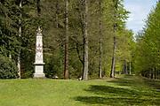 APELDOORN, 09-06-2021 , Kroondomein Het Loo<br /> <br /> Kroondomein Het Loo is een landgoed op de Veluwe, in de Nederlandse provincie Gelderland. Het is het grootste landgoed van Nederland en omvat ongeveer 10.400 hectare.<br /> <br /> Op de foto:   Gedenkzuil