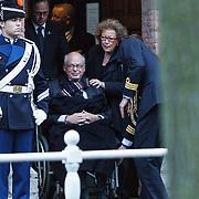NLD/Delft/20131102 - Herdenkingsdienst voor de overleden prins Friso, Ed van Thijn in rolstoel en partner Odette Taminau