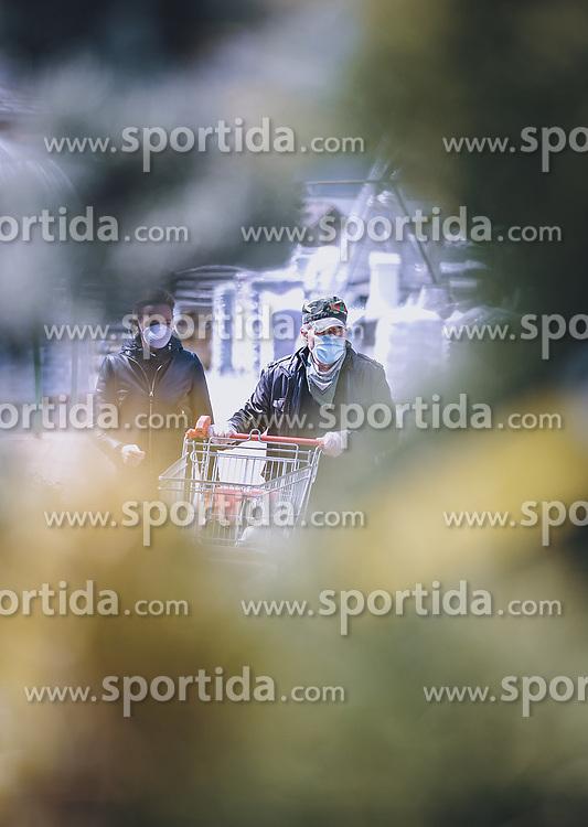 THEMENBILD - Kunden mit MNS Schutzmasken in einem Baumarkt während der Corona Pandemie, aufgenommen am 14. April 2019 in Zell am See, Österreich // Customers with MNS protection masks in a hardware store during the Corona Pandemic in Zell am See, Austria on 2020/04/14. EXPA Pictures © 2020, PhotoCredit: EXPA/ JFK