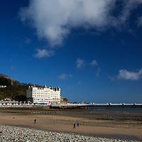 Europe, United Kingdom, Wales, Llandudno. Llandudno Beach and promenade.