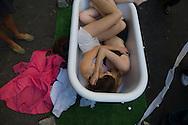 New york, Art under the bridge festival in Brooklyn - The Tub Project,Chloe Douglas & Fred Brehm project @ Art Under the Bridge Festival 2007, DUMBO  the old docks and factory area. Down under Manhattan bridge overpass.  / Festival DUMBO  le quartier des anciens docks et usines de , Down under Manhattan bridge overpass. en pleine transformation, quartier des artistes. pendant le festival des arts. instalation baignoire  Manhattan, New York - Etats unis Brooklyn