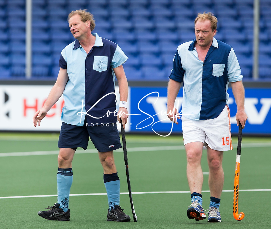 DEN HAAG - Maurits Crucq (l) met Remco van Wijk.  Tijdens het WK hockey speelt het team dat in 1998 in Utrecht wereldkampioen werd,  tegen het oude nationale team van Spanje. Veel oud internationals zijn van de patij. COPYRIGHT KOEN SUYK