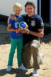 02-06-2012 VOLLEYBAL: EK BEACHVOLLEYBAL: SCHEVENINGEN<br /> Oud international Dirk Jan van Gendt met zijn zoontje<br /> ©2012-FotoHoogendoorn.nl