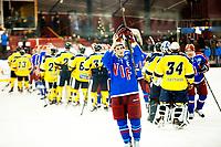 Ishockey , 29.12.2012, Eliteserien , GET-Ligaen<br /> Vålerenga - Storhamar<br /> Brede Frettem Csiszar , Vålerenga , takker Klanen for kampen etter å ha vunnet 5-2<br /> Foto: Sjur Stølen , Digitalsport