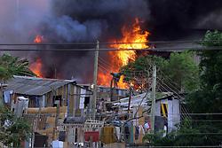 Curto cicuito na rede elétrica provocou incêndio que queimou cerca de 30 casas e um depósito de papel na Vila Santander, em Porto Alegre. FOTO: Jefferson Bernardes / Preview.com