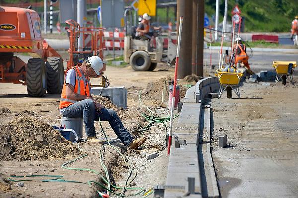 Nederland, Nijmegen, 9-6-2013Dit weekend werden verschillende wegwerkzaamheden uitgevoerd aan de noordzijde van de waalbrug. De hele infrastructuur vanwegen wordt op dit punt veranderd vanwege de nieuwe stadsbrug, een ns station en nieuwe voetgangersbrug. Ook de stoplichten, verkeerslichten, werden aangepast.Foto: Flip Franssen/Hollandse Hoogte