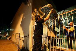 """Após muitas horas de atraso na remoção do caixão do ex-presidente brasileiro (1961-1964) João """"Jango"""" Goulart colchões chegam ao cemitério """"Jardim da Paz"""", em São Borja, no estado do Rio Grande do Sul, Brasil, em 13 de novembro, 2013. Os restos foram desenterrados Goulart para determinar se ele foi envenenado durante seu exílio na Argentina na década de 1970. FOTO: Jefferson Bernardes/ Agência Preview"""