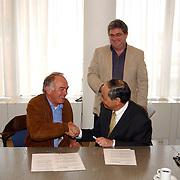 Ondertekening convenant tussen Ad van Daalen en de gemeente Huizen over gebruik sporthal bij een ramp