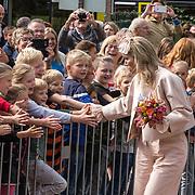 NLD/Hoogeveen/20190918 - Koningspaar brengt bezoek Zuid-west Drenthe, Koningin Maxima schudt de handen van fans