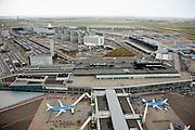 Nederland, Noord-Holland, Haarlemmermeer, 16-04-2008; luchthaven Schiphol met stationsgebouw (terminal), geparkeerde vliegtuigen aan de gates (de 'slurven'), verkeerstoren met vluchtleiding, in de achtergrond het kantorenpark; aan de horizon Hoofddorp..luchtfoto (toeslag); aerial photo (additional fee required); .foto Siebe Swart / photo Siebe Swart.