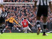 Fotball. FA-cup 2001/2002.<br /> Arsenal v Newcastle 23.03.2002.<br /> Dennis Bergkamp scorer Arsenals andre mål.<br /> Foto: David Price, Digitalsport