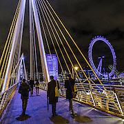 Camminando sul Golden Jubilee Bridges, sullo sfondo la ruota panoramica London Eye<br /> <br /> Walking on the Golden Jubilee Bridges, the Ferri wheel London Eye on background.