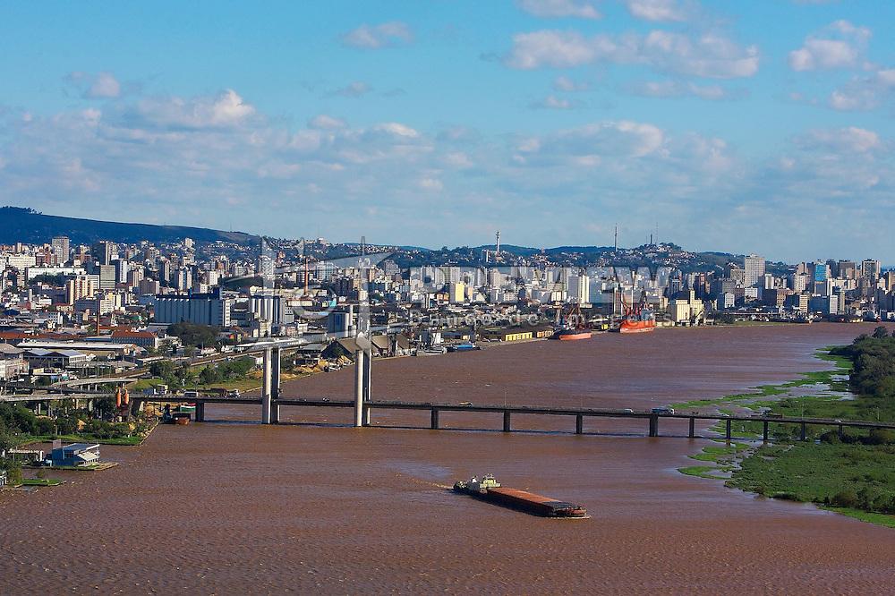 Vista aérea da Ponte Getulio Vargas, com o cais do porto ao fundo, em Porto Alegre. FOTO: Jefferson Bernardes / Preview.com