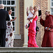 NLD/Apeldoorn/20070901 - Viering 40ste verjaardag Prins Willem Alexander, maxiam en Beatrix gaan met de kinderen naar binnen