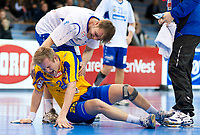 Håndballl<br /> 3. Mars 2011<br /> Postenligaen<br /> Framohallen<br /> Fyllingen - BSK 27 - 23<br /> Michael Bech Rehnquist (T) , BSK<br /> Tommy Pettersson (B) , Fyllingen nede for telling<br /> Foto : Astrid M. Nordhaug