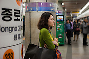 Junge Dame wartet auf ihre  Metro in Seoul im Zentrum der koreanischen Metropole.<br /> <br /> Young woman waiting for her transport in the Seoul subway in the center of the Korean metropolis.