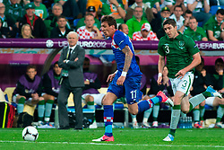 10.06.2012, Staedtisches Stadion, Posen, POL, UEFA EURO 2012, Irland vs Kroatien, Gruppe C, im Bild MARIO MANDZUKIC, STEPHEN WARD, W TLE TRENER (COACH) GIOVANNI TRAPATTONI // during the UEFA Euro 2012 Group C Match between Ireland and Croatia at the Municipal Stadium Poznan, Poland on 2012/06/10. EXPA Pictures © 2012, PhotoCredit: EXPA/ Newspix/ Jakub Kaczmarczyk..***** ATTENTION - for AUT, SLO, CRO, SRB, SUI and SWE only *****