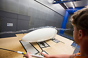 Met rook wordt de luchtstroom van de fiets gecontroleerd. In Delft wordt de VeloX 7 in de windtunnel getest. In september wil het Human Power Team Delft en Amsterdam, dat bestaat uit studenten van de TU Delft en de VU Amsterdam, tijdens de World Human Powered Speed Challenge in Nevada een poging doen het wereldrecord snelfietsen voor vrouwen te verbreken met de VeloX 7, een gestroomlijnde ligfiets. Het record is met 121,44 km/h sinds 2009 in handen van de Francaise Barbara Buatois. De Canadees Todd Reichert is de snelste man met 144,17 km/h sinds 2016.<br /> <br /> The VeloX 7 is being tested in the wind tunnel in Delft. With the VeloX 7, a special recumbent bike, the Human Power Team Delft and Amsterdam, consisting of students of the TU Delft and the VU Amsterdam, also wants to set a new woman's world record cycling in September at the World Human Powered Speed Challenge in Nevada. The current speed record is 121,44 km/h, set in 2009 by Barbara Buatois. The fastest man is Todd Reichert with 144,17 km/h.