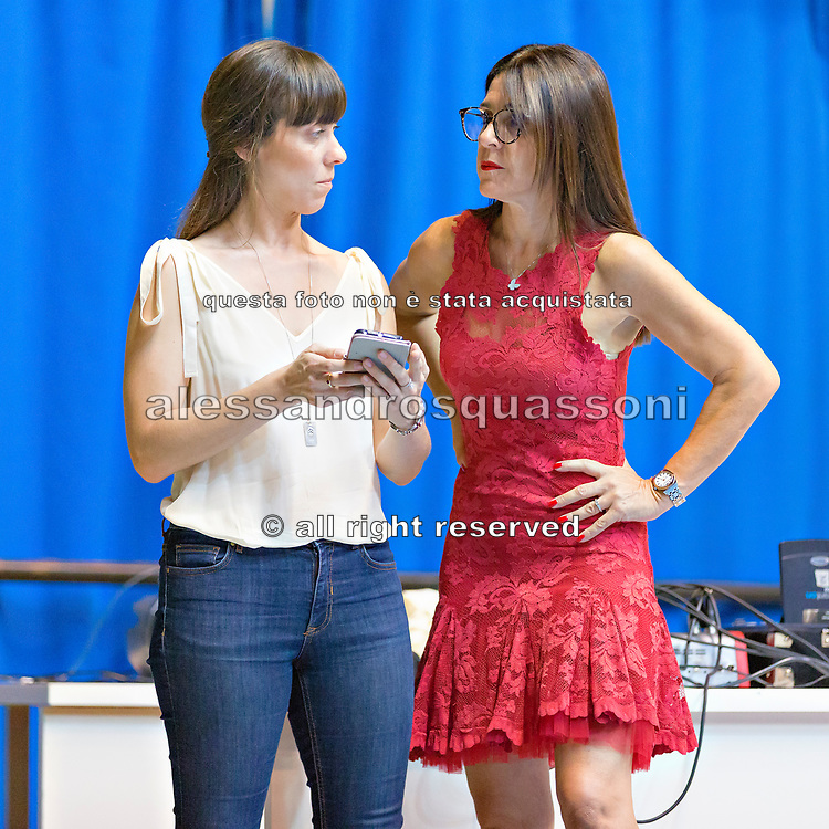 Emanuela Maccarani, a destra, coach della squadra italiana di ginnastica ritmica. Durante un allenamento parla con la sua coreografa Federica Bagnera.