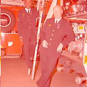 Huldiging jubilarissn brandweer Huizen door burgemeester Verdier, Henry Vreden en Jaap Weijermans