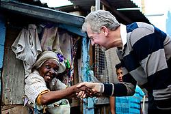 O candidato a reeleição José Fortunati (PDT) conversa com Dna Baiana durante caminhada na Vila Tronco, na zona sul da Capital. FOTO: Jefferson Bernardes/Preview.com