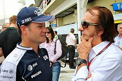 O piloto brasileiro Rubens Barrichello (E) conversa com o bi-campeão mundial Emerson Fittipaldi nos boxes do  Grande Prêmio de F1 do Brasil no Autódromo de Interlagos em 07 novembro de 2010, em São Paulo, Brasil. FOTO: Jefferson Bernardes/Preview.com