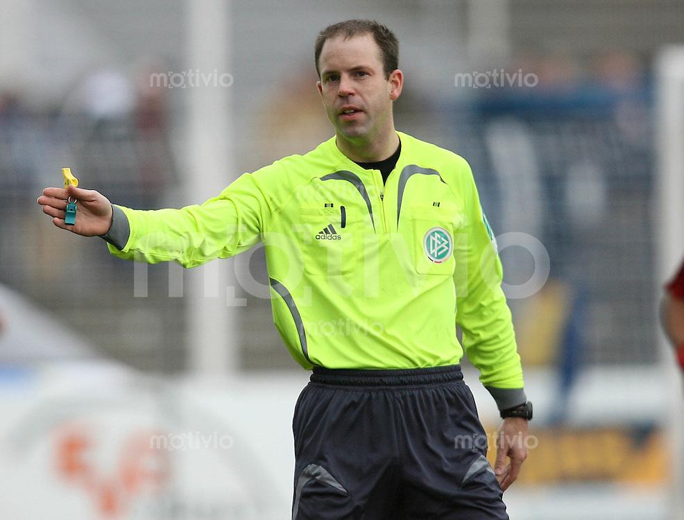 Jena , 110207 , Saison 2006/2007 ; Fussball 2.Bundesliga FC Carl Zeiss Jena - Rot Weiss Essen  Schiedsrichter Mike PICKEL