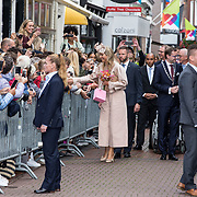 NLD/Hoogeveen/20190918 - Koningspaar brengt bezoek Zuid-west Drenthe, Koningin Maxima schudt de handen van fan's