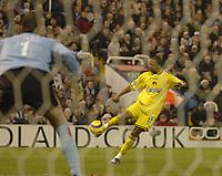 Fotball<br /> Premier League England 2004/2005<br /> Foto: SBI/Digitalsport<br /> NORWAY ONLY<br /> <br /> West Bromwich Albion v Charlton Athletic<br /> Barclays Premiership. 11/12/2004.<br /> <br /> Charlton's Shaun Bartlett (R) sends a shot narrowly wide.